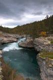Río de la montaña. Foto de archivo