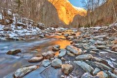 Río de la montaña en las montan@as Imagen de archivo libre de regalías