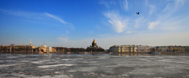 Río de Neva y catedral del St Isaac en invierno Fotos de archivo
