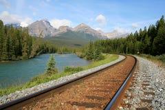 Río del arqueamiento con el ferrocarril Imagen de archivo libre de regalías