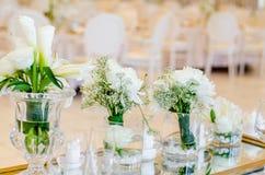 ro för pärla för inbjudan för garnering för dekor för bakgrundsboutonnierekort som gifta sig white Royaltyfria Bilder
