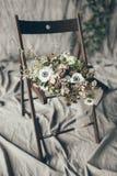 ro för pärla för inbjudan för garnering för dekor för bakgrundsboutonnierekort som gifta sig white Arkivfoton