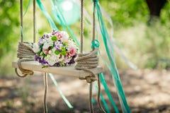 ro för pärla för inbjudan för garnering för dekor för bakgrundsboutonnierekort som gifta sig white En brud- bukett på en dekorati Royaltyfria Bilder