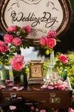 ro för pärla för inbjudan för garnering för dekor för bakgrundsboutonnierekort som gifta sig white Träplatta med inskriften Arkivbilder