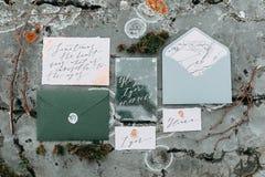 ro för pärla för inbjudan för garnering för dekor för bakgrundsboutonnierekort som gifta sig white Arkivbild