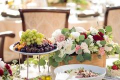 ro för pärla för inbjudan för garnering för dekor för bakgrundsboutonnierekort som gifta sig white Blommor i restaurangen, mat på royaltyfria foton