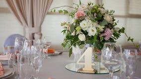 ro för pärla för inbjudan för garnering för dekor för bakgrundsboutonnierekort som gifta sig white Blommor i restaurangen, tabell arkivbild