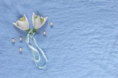 ro för pärla för inbjudan för garnering för dekor för bakgrundsboutonnierekort som gifta sig white Vita keramiska blommor, pärlor royaltyfri bild
