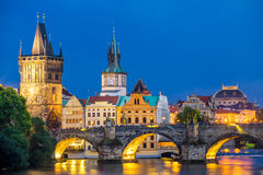 Río Moldava en la República Checa de Praga de la oscuridad Imagenes de archivo