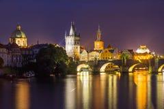 Río Moldava en la República Checa de Praga de la oscuridad Fotos de archivo