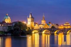Río Moldava en la República Checa de Praga de la oscuridad Imagen de archivo