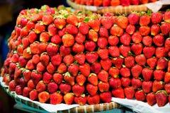 Ro på rad av nya saftiga trädgårds- jordgubbar för återförsäljnings- sal royaltyfria foton