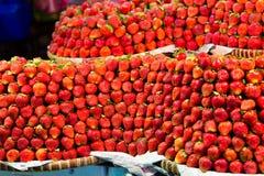 Ro på rad av nya saftiga trädgårds- jordgubbar för återförsäljnings- sal arkivbild
