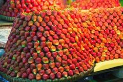 Ro på rad av nya saftiga trädgårds- jordgubbar för återförsäljnings- sal arkivbilder