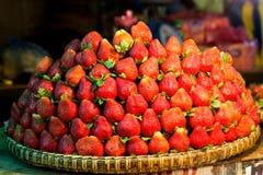 Ro på rad av nya saftiga trädgårds- jordgubbar för återförsäljnings- sal royaltyfri bild