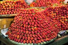 Ro på rad av nya saftiga trädgårds- jordgubbar för återförsäljnings- sal royaltyfri fotografi