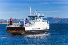 Ro promu statek iść na morzu, tylni widok Obraz Stock