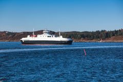 Ro promu statek iść na Norweskim morzu Obraz Stock