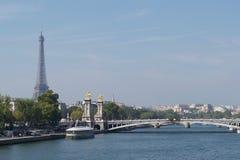 3ro puente Par?s, Francia - r?o el Sena, torre Eiffel de Pont Alejandro III Alejandro imagen de archivo