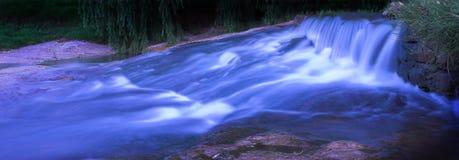 Río que fluye 1 panorámico Imágenes de archivo libres de regalías