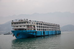 Ro - Ro statek Niósł na jangcy w Zigui Trzy wąwozów rezerwuaru terenie, Hubei prowincja Fotografia Royalty Free