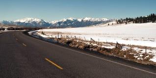Roaad buktar in mot de Wallowa bergen Joseph Oregon USA Arkivfoton