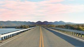 Road湖天空和小山全部在一个框架 库存照片