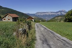 Road down through a mountain village Royalty Free Stock Images