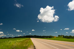 Road on a field in Illinois country side Royalty Free Stock Photos