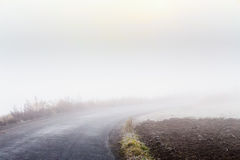 Road going in to the fog Royalty Free Stock Photos