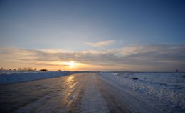 Road past the snow-covered fields Royalty Free Stock Photography