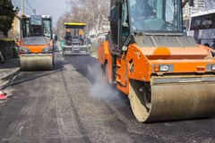 Road roller compacting asphalt Royalty Free Stock Photos