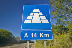 Road sign on Toll Road 180 in Yucatan Peninsula, Mexico to the Mayan Pyramid of Kukulkan (also known as El Castillo) at Chichen It. Za Stock Photography