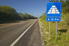 Road sign on Toll Road 180 in Yucatan Peninsula, Mexico to the Mayan Pyramid of Kukulkan (also known as El Castillo) at Chichen It. Za Stock Photo