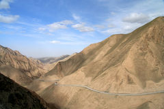Road into Tibet. Twisting mountain road in Xinjang province in China leading to Western Tibet Royalty Free Stock Photos