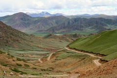 Road through the tibetan plateau Royalty Free Stock Images