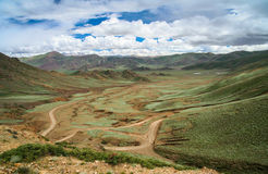 Road through the tibetan plateau Royalty Free Stock Photography
