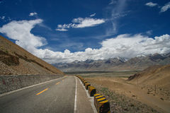 Road through the Tibetan plateau Royalty Free Stock Image