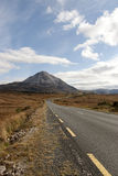 Road to the Errigal mountains Royalty Free Stock Photos