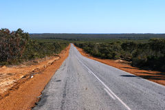 Road to Horizon und blue sky in Outback Western Australia Royalty Free Stock Photos