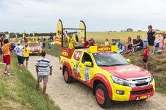 在鹅卵石Road- Tour de Fran的Le Journal de Mickey有蓬卡车 免版税库存照片