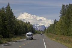 Road van Alaska aan berg Denali Stock Fotografie