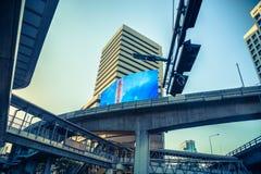 Road van Bangkok Silom verbinding met Skytrain Stock Foto's