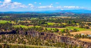 Road van Birma Sleep in Smith Rocks State Park, een populair bergbeklimmingsgebied in centraal Oregon dichtbij Terrebonne royalty-vrije stock afbeelding