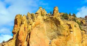 Road van Birma Sleep in Smith Rocks State Park, een populair bergbeklimmingsgebied in centraal Oregon dichtbij Terrebonne royalty-vrije stock foto's