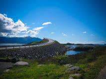Road van de Atlantische Oceaan in Noorwegen De Storseisundet-Brug is het langst van de acht bruggen die omhoog Atlantische Weg ma royalty-vrije stock foto