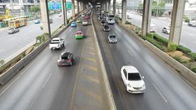 Road van Vibhavadirangsit en het verkeer in Bangkok stock video