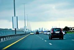 Road van Zayed van de sjeik op een Bewolkte dag Stock Fotografie