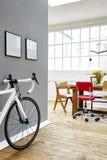 Roadbike в просторной квартире Стоковое Фото