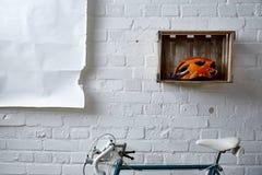 Roadbike y cartel de la pared de ladrillo en estudio Imagen de archivo libre de regalías